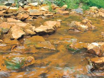 Traces d'ocre dans un ruisseau